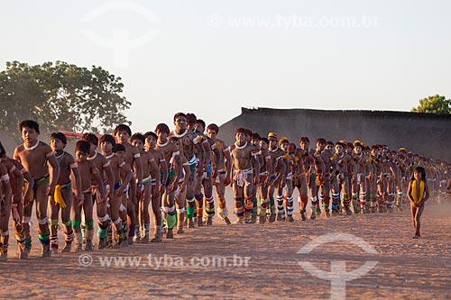 Crianças a frente, Índios Yawalapiti dançam o Kuarup - cerimônia deste ano em homenagem ao antropólogo Darcy Ribeiro - Imagem licenciada (Released 94) - ACRÉSCIMO DE 100% SOBRE O VALOR DE TABELA  - Gaúcha do Norte - Mato Grosso - Brasil