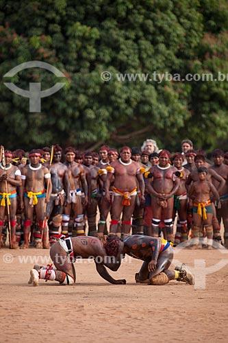Índios com pintura e adorno corporal durante o Huka Huka, luta incorporada ao ritual do Kuarup - cerimônia deste ano em homenagem ao antropólogo Darcy Ribeiro - Imagem licenciada (Released 94) - ACRÉSCIMO DE 100% SOBRE O VALOR DE TABELA  - Gaúcha do Norte - Mato Grosso - Brasil
