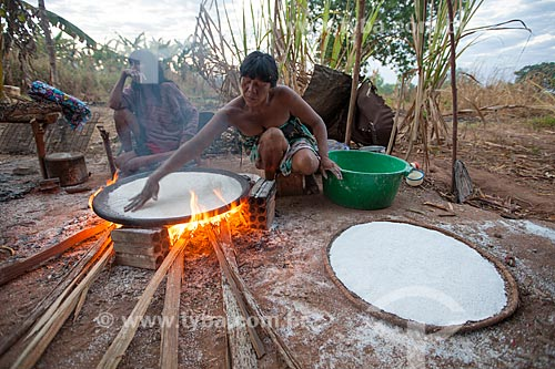 Índia preparando a tapioca, também conhecida como beiju, extraída da fécula da mandioca, em tacho de barro e fogo de lenha durante o Kuarup - cerimônia deste ano em homenagem ao antropólogo Darcy Ribeiro - Imagem licenciada (Released 94) - ACRÉSCIMO DE 100% SOBRE O VALOR DE TABELA  - Gaúcha do Norte - Mato Grosso - Brasil