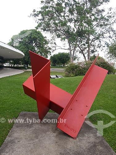 Assunto: Escultura de Franz Josef Weissmann (1911 - 2005) no jardim do Museu de Arte Moderna de São Paulo - Escultura Cantoneiras (1975) de aço pintado / Local: Parque do Ibirapuera - São Paulo (SP) - Brasil / Data: 12/2012