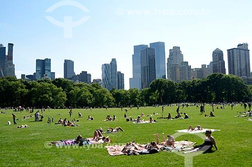 Assunto: Pessoas tomando sol no Central Park / Local: Manhattan - Nova Iorque - Estados Unidos - América do Norte / Data: 06/2011