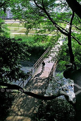 Assunto: Menino atravessando de bicicleta uma ponte no Parque da Juventude  / Local: Santana - São Paulo (SP) - Brasil / Data: 11/2009