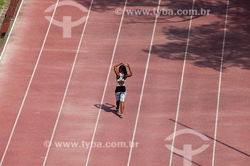 Assunto: Mulher andando na pista de atletismo Estádio de Atletismo Célio de Barros / Local: Maracanã - Rio de Janeiro (RJ) - Brasil / Data: 12/2012