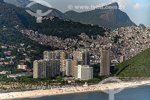 Assunto: Vista de prédios e praia de São Conrado com Favela da Rocinha ao fundo / Local: São Conrado - Rio de Janeiro (RJ) - Brasil / Data: 12/2012