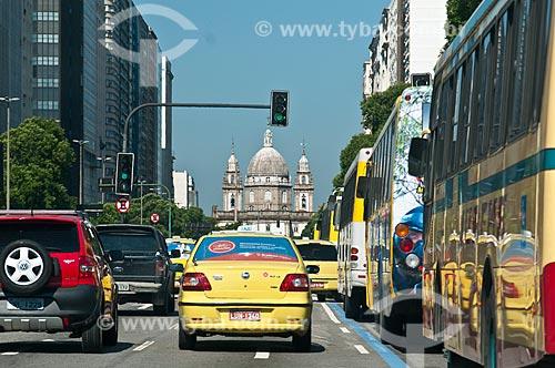 Assunto: Transito na Avenida Presidente Vargas com a Igreja de Nossa Senhora da Candelária ao fundo / Local: Centro - Rio de Janeiro (RJ) - Brasil / Data: 11/2012