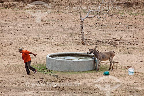 Assunto: Reservatório de água no período da seca no Sítio Pesqueira Velha / Local: Próximo à Arcoverde - Pernambuco (PE) - Brasil / Data: 01/2013