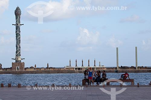 Assunto: Pessoas na Praça do Rio Branco - também conhecido como Marco Zero - com o Parque das Esculturas ao fundo / Local: Recife - Pernambuco (PE) - Brasil / Data: 01/2013