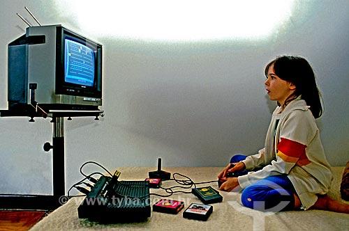 Assunto: Lia Caldas jogando vídeo game / Local: São Paulo (SP) - Brasil / Data: 1985