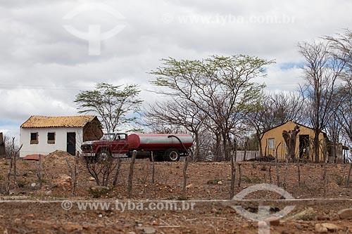 Assunto: Pequena propriedade rural - entre as cidades de Flores e Carnaíba - sendo abastecida de água por caminhão pipa no período da seca / Local: Carnaíba - Pernambuco (PE) - Brasil / Data: 01/2013