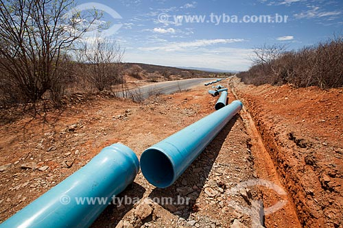Assunto: Tubulação da Adutora do Pajeú na margem da Rodovia PE-320 / Local: São José do Egito - Pernambuco (PE) - Brasil / Data: 01/2013