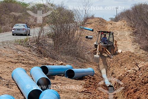Assunto: Instalação da tubulação da Adutora do Pajeú na margem da Rodovia PE-320 / Local: São José do Egito - Pernambuco (PE) - Brasil / Data: 01/2013