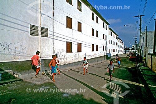 Assunto: Crianças brincando em conjunto residencial na comunidade de Heliópolis / Local: São Paulo (SP) - Brasil / Data: 1994