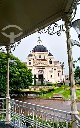 Assunto: Vista da Igreja Matriz do Bom Jesus da Cana Verde (1953) a partir do coreto na praça / Local: Batatais - São Paulo (SP) - Brasil / Data: 12/2012