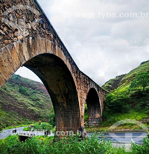 Assunto: Ponte dos Arcos (1883) sobre a Rodovia Irmãos Freitas / Local: Conservatória - Valença - Rio de Janeiro (RJ) - Brasil / Data: 01/2013