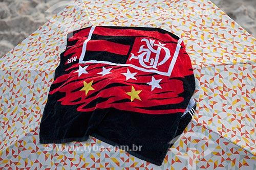 Assunto: Toalha com o escudo do Flamengo sobre uma barraca de praia / Local: Ipanema - Rio de Janeiro (RJ) - Brasil / Data: 02/2013