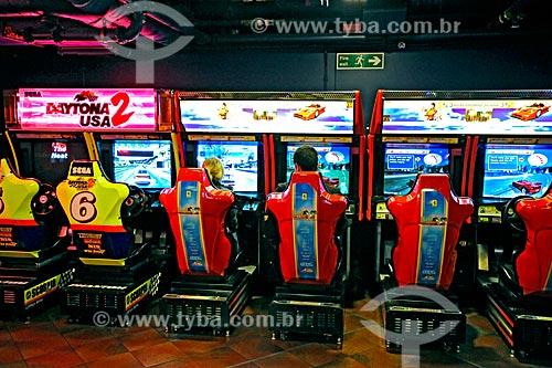 Assunto: Pessoas brincando em simulador de corrida / Local: Londres - Inglaterra - Europa / Data: 2008