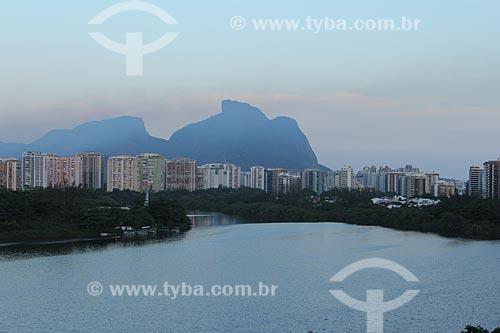Assunto: Lagoa de Marapendi com prédios e Pedra da Gávea ao fundo / Local: Barra da Tijuca - Rio de Janeiro (RJ) - Brasil / Data: 01/2013