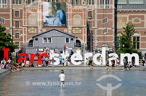 Assunto: Criança brincando na lagoa artificial em frente ao Rijksmuseum (1885) - Museu Nacional - com um letreiro com os dizeres I am amsterdam ao fundo / Local: Amsterdam - Holanda - Europa / Data: 05/2012