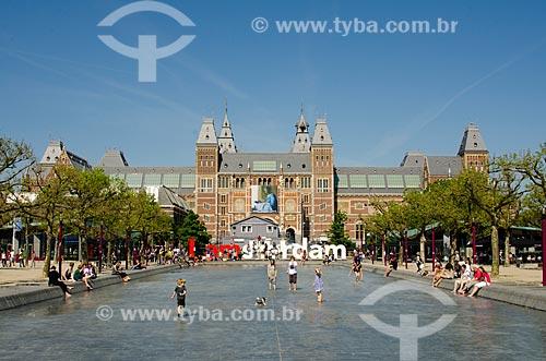 Assunto: Crianças brincando na lagoa artificial em frente ao Rijksmuseum (1885) - Museu Nacional - com um letreiro com os dizeres I am amsterdam ao fundo / Local: Amsterdam - Holanda - Europa / Data: 05/2012