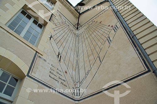 Assunto: Angle du Meridien - ângulo do meridiano na parede de edifício em frente ao Hotel de Ville (Prefeitura) / Local: Blois - França - Europa / Data: 06/2012