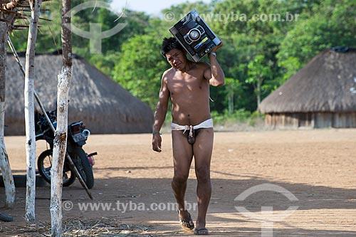 Assunto: Índios da aldeia Aiha Kalapalo carregando um aparelho de som - ACRÉSCIMO DE 100% SOBRE O VALOR DE TABELA / Local: Querência - Mato Grosso (MT) - Brasil / Data: 10/2012