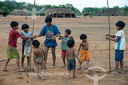 Assunto: Crianças da aldeia Aiha Kalapalo brincando - brincadeira que simula esportes olímpicos - ACRÉSCIMO DE 100% SOBRE O VALOR DE TABELA / Local: Querência - Mato Grosso (MT) - Brasil / Data: 10/2012