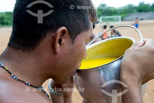Assunto: Homem da aldeia Aiha Kalapalo bebendo o mingau de Pequi (Caryocar brasiliense) - ACRÉSCIMO DE 100% SOBRE O VALOR DE TABELA / Local: Querência - Mato Grosso (MT) - Brasil / Data: 10/2012