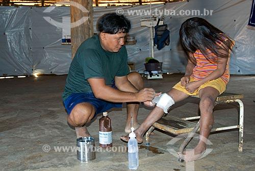 Assunto: Menina recebendo cuidados médicos no posto de saúde da aldeia Aiha Kalapalo - ACRÉSCIMO DE 100% SOBRE O VALOR DE TABELA / Local: Querência - Mato Grosso (MT) - Brasil / Data: 10/2012