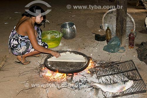 Assunto: Mulher da aldeia Aiha Kalapalo fazendo beiju e assando peixe - ACRÉSCIMO DE 100% SOBRE O VALOR DE TABELA / Local: Querência - Mato Grosso (MT) - Brasil / Data: 10/2012