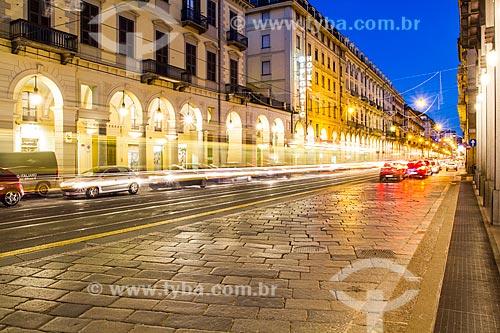 Assunto: Avenida no centro da cidade ao anoitecer / Local: Turim - Província de Turim - Itália / Data: 12/2012