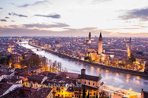 Assunto: Vista da cidade ao anoitecer a partir do Castelo San Pietro / Local: Verona - Itália - Europa / Data: 12/2012