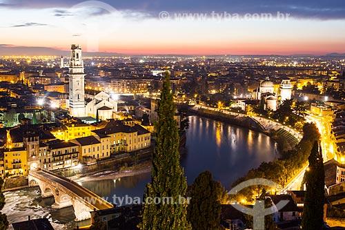 Assunto: Vista da Catedral de Verona à esquerda, Igreja de San Giorgio in Braida à direita, Ponte Pietra e cidade a partir do Castelo San Pietro / Local: Verona - Itália - Europa / Data: 12/2012