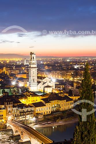 Assunto: Vista da Catedral de Verona (Duomo di Verona), Ponte Pietra e cidade ao anoitecer a partir do Castelo San Pietro  / Local: Verona - Itália - Europa / Data: 12/2012