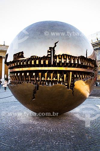 Assunto: Esfera com Esfera (Esfera con Esfera), escultura de Arnaldo Pomodoro na Cortile del Belvedere, no interior do Museu do Vaticano / Local: Cidade do Vaticano - Roma - Itália - Europa / Data: 12/2012