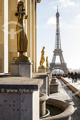 Assunto: Estátuas no Palais de Chaillot (Palácio de Chaillot) com a Torre Eiffel ao fundo / Local: Paris - França - Europa / Data: 12/2012