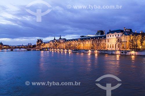 Assunto: Rio Sena e Palais du Louvre (Palácio do Louvre) vistos da Pont des Arts (Ponte das Artes) / Local: Paris - França - Europa / Data: 12/2012