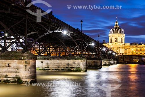 Assunto: Pont des Arts (Ponte das Artes) e Institut de France ao fundo / Local: Paris - França - Europa / Data: 12/2012
