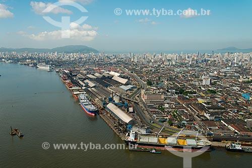 Assunto: Porto de Santos com a cidade ao fundo / Local: Santos - São Paulo (SP) - Brasil / Data: 02/2013