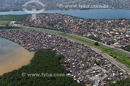 Assunto: Palafitas as margens da Via Anchieta (SP-150) próximo ao Porto Alemoa / Local: Cubatão - São Paulo (SP) - Brasil / Data: 02/2013