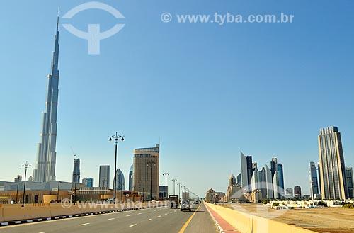 Assunto: Rua al khail com Edifício Burj Khalifa e prédios ao fundo / Local: Dubai - Emirados Árabes Unidos - Ásia / Data: 12/2012