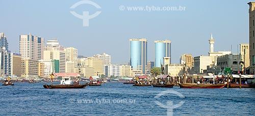 Assunto: Pessoas passeando de Abra (pequenos barcos de madeira) no canal Dubai Creek / Local: Dubai - Emirados Árabes Unidos - Ásia / Data: 10/2012