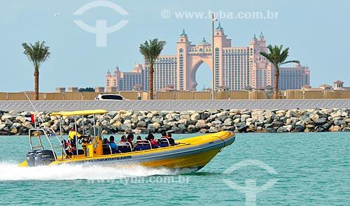 Assunto: Barco com turistas e Atlantis Hotel ao fundo na ilha Palm Jumeirah / Local: Dubai - Emirados Árabes Unidos - Ásia / Data: 12/2012