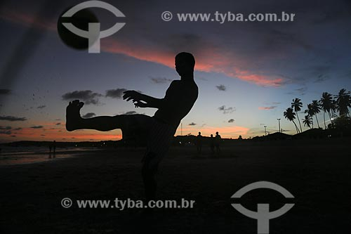 Assunto: Jovens jogando futevôlei na praia de Pitimbu / Local: Pitimbu - Paraíba (PB) - Brasil / Data: 01/2013