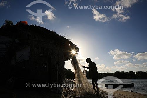 Assunto: Pescador Pedro, preparando seu equipamento de pesca na Barra De Pitimbu / Local: Pitimbu - Paraíba (PB) - Brasil / Data: 01/2013