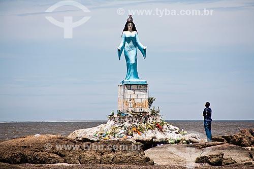 Assunto: Homem contemplando a estátua de Yemanjá na Praia do Recôncavo / Local: Sepetiba - Rio de Janeiro (RJ) - Brasil / Data: 02/2013