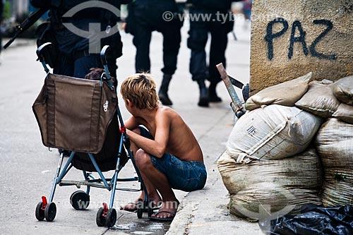 Assunto: Criança observando a ocupação no conjunto de favelas do Cajú para implantação da Unidade de Policia Pacificadora (UPP) / Local: Rio de Janeiro (RJ) - Brasil / Data: 03/2013