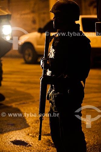 Assunto: Silhueta de soldado durante a ocupação no conjunto de favelas do Cajú para implantação da Unidade de Policia Pacificadora (UPP) / Local: Rio de Janeiro (RJ) - Brasil / Data: 03/2013