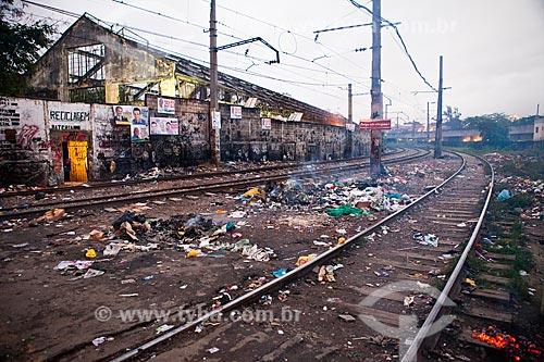 Lixo acumulado às margens da linha do trem próximo a Estação de Manguinhos - Ramal Saracuruna - após a ocupação no conjunto de favelas do Jacarezinho e Manguinhos para implantação da Unidade de Policia Pacificadora (UPP)   - Rio de Janeiro - Rio de Janeiro - Brasil