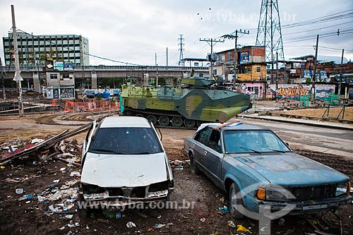 Carros abandonados próximo a Estação de Manguinhos - Ramal Saracuruna - após a ocupação no conjunto de favelas do Jacarezinho e Manguinhos para implantação da Unidade de Policia Pacificadora (UPP)   - Rio de Janeiro - Rio de Janeiro - Brasil