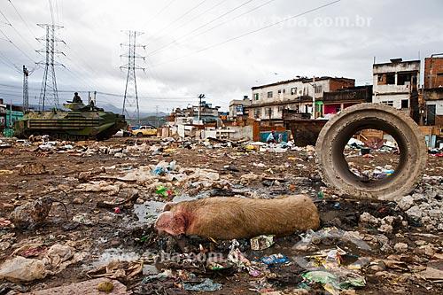 Lixo acumulado próximo a Estação de Manguinhos - Ramal Saracuruna - após a ocupação no conjunto de favelas do Jacarezinho e Manguinhos para implantação da Unidade de Policia Pacificadora (UPP)   - Rio de Janeiro - Rio de Janeiro - Brasil